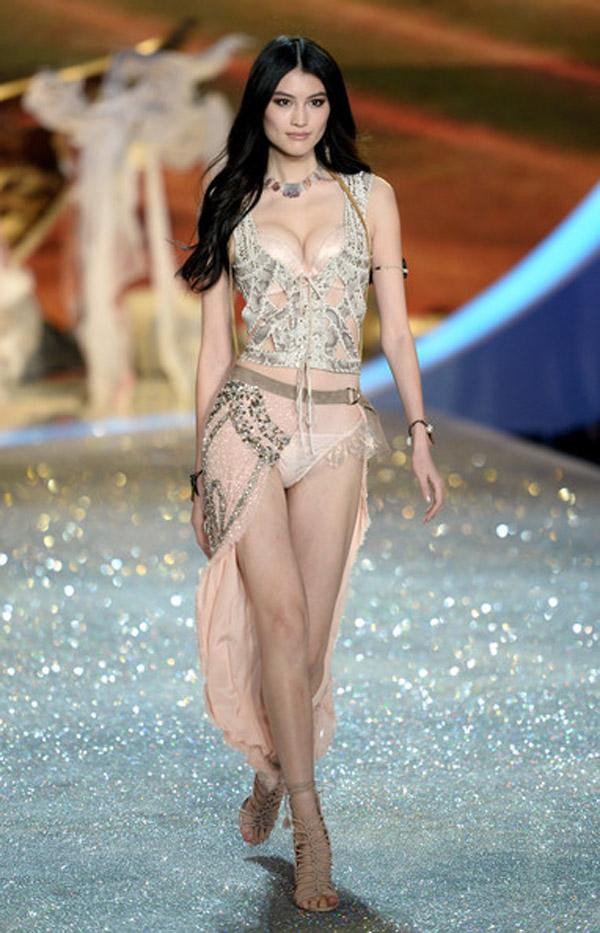 """Thiên thần số 1 châu Á mặc như """"bán khỏa thân"""" trên thảm đỏ Cannes là ai? - 14"""
