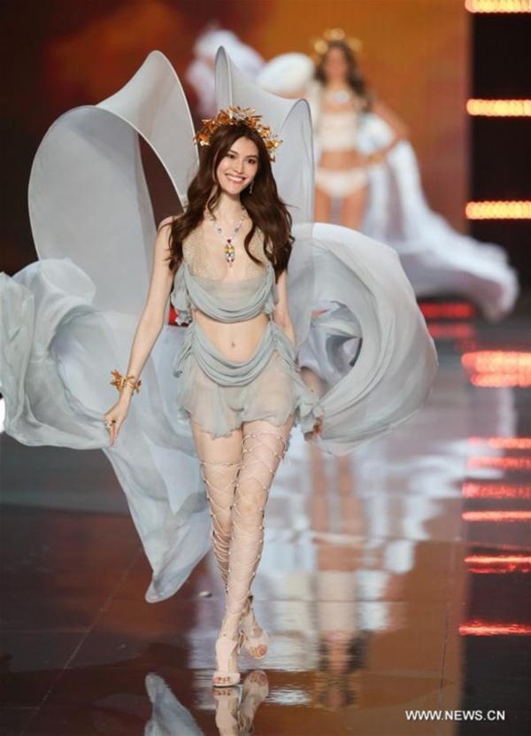 """Thiên thần số 1 châu Á mặc như """"bán khỏa thân"""" trên thảm đỏ Cannes là ai? - 12"""