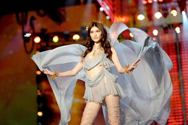 """Thiên thần số 1 châu Á mặc như """"bán khỏa thân"""" trên thảm đỏ Cannes là ai? - 13"""